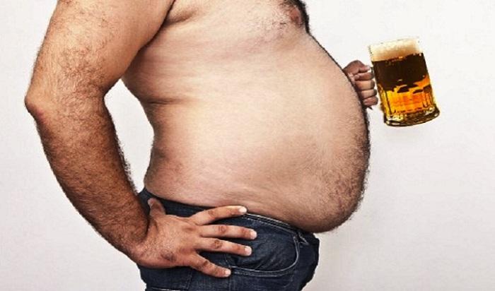 мужчина с кружкой пива толстый