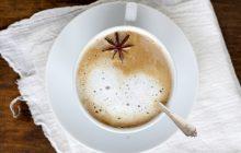 красивый напиток чай молоко в кружке бадьян