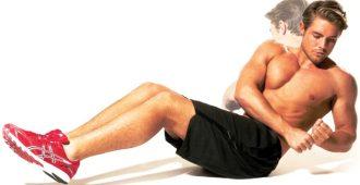 мужчина делает упражнения для боков и живота