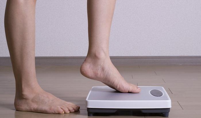 Девушка встает на весы