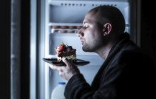 Мужчина ночью у холодильника