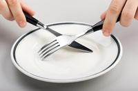 К сухому голоданию нужно готовить свой организм постепенным ограничением приема пищи