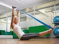 Какие упражнения делать с эластичной лентой женщинам?