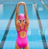 женщина в спортивном бассейне в шапочке