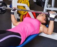 тяжелая тренировка девушка качается