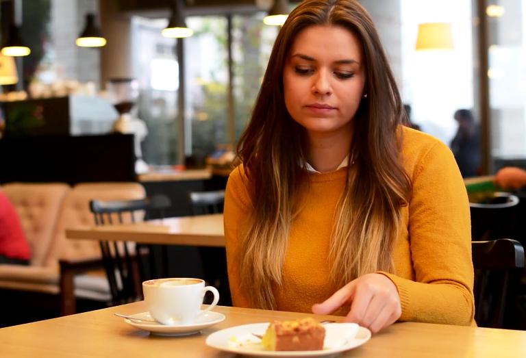 девушка в кафе ест торт До 12 часов дня можно есть все