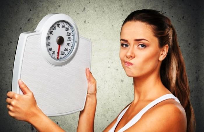 грустная девушка перестал снижаться вес на диете с весами напольными