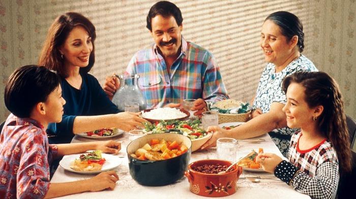 семья обедает Как выдержать диету