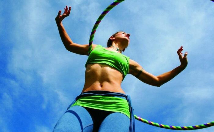 Как убрать живот и бока обручем — 12 лучших упражнений