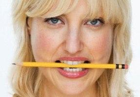 зажать карандаш в зубах